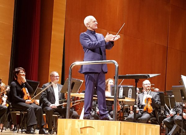 James Newton Howard dirigint l'orquestra