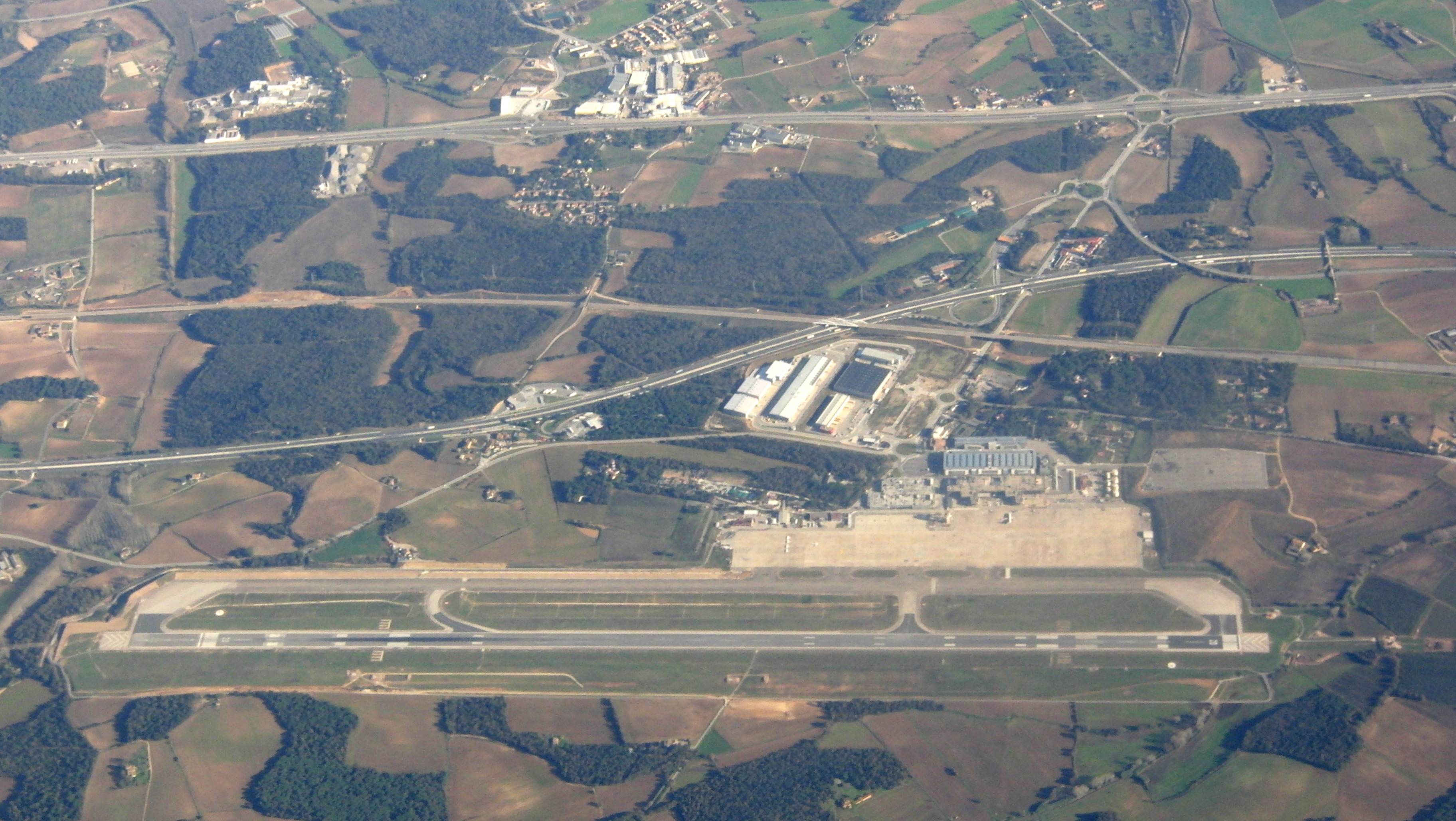 https://es.m.wikipedia.org/wiki/Archivo:Girona-Costa_Brava_Airport_-_View_from_plane.JPG