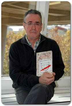 Ferran Rañé amb un exemplar de Joglars 77, dl escenario al Trullo