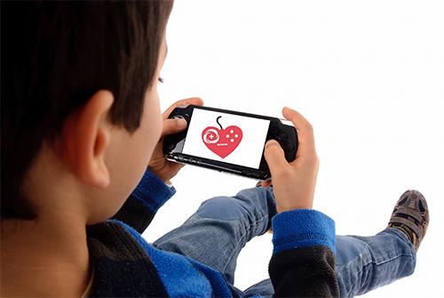 Nen jugant al mòbil - Font: Wikimedia Commons